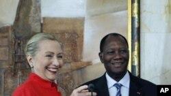 ທ່ານນາງຮີນລາຣີ ຄລິນຕັນ ລັດຖະມົນຕີການຕ່າງປະເທດສະຫະລັດ ແລະປະທານາທິບໍດີ Alassane Dramane Ouattara ແຫ່ງ Ivory Coast ໃນກອງປະຊຸມຖະແຫລງຂ່າວຮ່ວມກັນ ທີ່ທໍານຽບປະທານາທິບໍດີ ທີ່ນະຄອນ Abidjan, Ivory Coast, ວັນທີ 17 ມັງກອນ 2012.