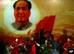 2006年北京一家文革和毛泽东主题餐厅的唱红表演,再现当年造大神