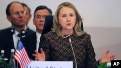 هیلاری کلینتون درحال سخنرانی در کنفرانس جهانی مقابله با تروریسم در استانبول، ۷ ژوئن ۲۰۱۲