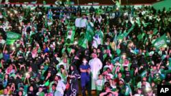 La mayoría de las mujeres en Arabia Saudí cubren su cabello y su cara con un velo y a todas las mujeres se les exige usar una abaya vestimenta amplia parecida a una túnica negra cuando están en lugares públicos.