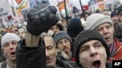 Manifestantes em Moscovo protestando contra o que dizem ter sido fraude nas eleições