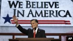 Capres Partai Republik, Mitt Romney memberi penghormatan kepada para delegasi konvensi, sebelum memberikan pidatonya di konvensi nasional Partai Republik hari Kamis (30/8).