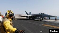 Chiến đấu cơ F / A-18C Hornet cất cánh từ tàu sân bay USS George HW Bush tại Vịnh Ba Tư, ngày 12 tháng 8, 2014.