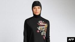 Một phụ nữ mặc burkini che kín từ đầu tới chân.