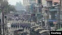 Binh sĩ Myanmar chuẩn bị trấn áp một cuộc biểu tình.