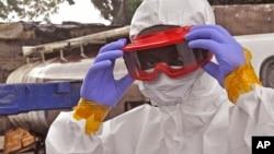 2014年8月29日佩戴防护装备的利比里亚卫生工作者