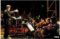 """Orkestra yang mengiringi pementasan opera """"Tan Malaka"""" di teater Salihara."""