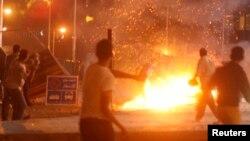 Những người được chứng kiến thấy binh sĩ nổ súng vào những người biểu tình ủng hộ ông Morsi tìm cách tuần hành tới trụ sở Bộ Quốc phòng. (Reuters)