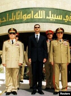 Presiden Suriah, Bashar al-Assad (tengah) didampingi Menteri Pertahanan Mustafa Tlass (kanan) dan Hassan Turkmany, Kepala Staf Tentara Suriah (Foto: dok).