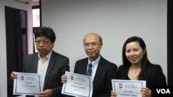香港记协2019年4月16日公布最新的新闻自由指数报告。左起:记协主席杨健兴,中大新闻传媒学院教授苏錀机,港大民意研究计划助理总监彭嘉丽。 (美国之音记者申华 拍摄)