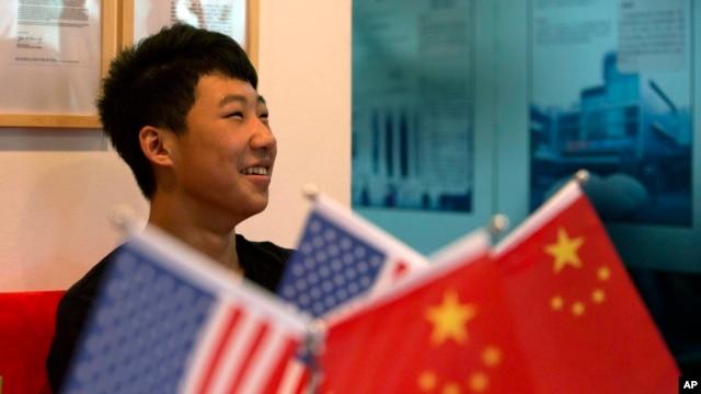 """16岁的张凯生(译音)在北京""""焦点教育咨询有限公司""""的门厅里微笑。"""
