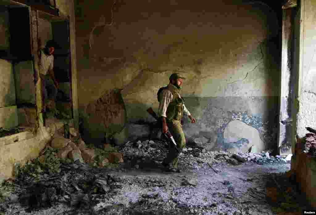 Azad Suriya Ordusunun əsgəri bir neçə saat bundan əvvəl dağılmış binada - Hələb, 3 sentyabr, 2013.