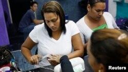 Según reporte del The New York Times los trabajadores en los centros de manicure están expuestos a malas condiciones laborales.
