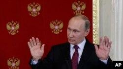 Rusiya prezidenti Vladimir Putin Moskvada mətbuat konfransı zamanı