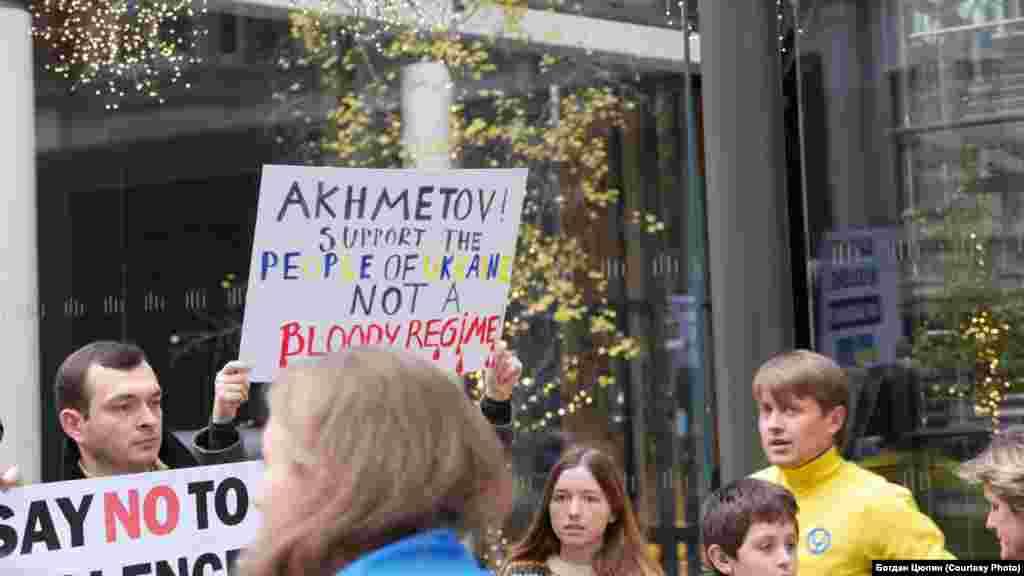 Під вікнами Ахметова