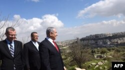 PM Israel Benjamin Netanyahu (kanan) mengamati permukiman Israel Har Homa (latar belakang), 20 Februari 2020. (Foto: DEBBIE HILL / berbagai sumber/AFP)
