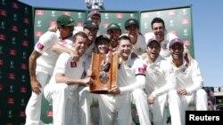 آسٹریلوی ٹیم جیت کے بعد ٹرافی کے ساتھ گروپ فوٹو