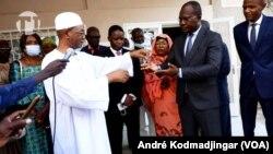 Mahamat Ahmat Alhabo, ministre tchadien de la justice remettant les clés du batiment devant abriter le secrétariat du fonds fiduciaire l'émissaire de l'UA, le 20 septembre 2021. (VOA/André Kodmadjingar)