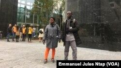 Deux activistes libériens protestent devant la banque néerlandaise ABN-AMRO à Amsterdam, le 9 octobre 2019. (VOA/Emmanuel Jules Ntap)
