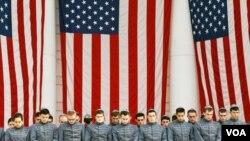 Cadetes rinden tributo a los capellanes judíos durante la inauguración del monumento.
