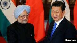 China's President Xi Jinping (R) shakes hands with India's Prime Minister Manmohan Singh before their meeting at the Diaoyutai State Guesthouse in Beijing October 23, 2013. REUTERS/Peng Sun/Pool (CHINA - Tags: POLITICS) - RTX14KSF