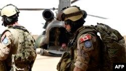 Les soldats canadiens des Nations Unies s'apprêtent à quitter une base à Gao le 1er août 2018.