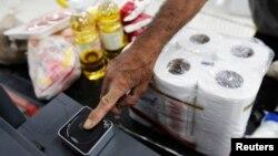 Los comerciantes informales, o buhoneros como se les conocen en Venezuela, podrían perder la nacionalidad si venden productos prohibidos.