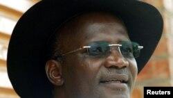 FILE -USikhwicamfundo Jonathan Moyo ukhuluma lentathelizindaba eTsholotsho, Zimbabwe, March 29, 2005. (REUTERS/Juda Ngwenya/File Photo - RC1832FF09C0)