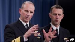 Đô đốc Jonathan W. Greenert (trái) nói chuyện trong một cuộc họp báo tại Bộ Quốc phòng, 4/1/14