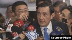 台湾总统马英九在回程专机上接受随团媒体提问 (2015年11月7日,台湾寰宇新闻提供)