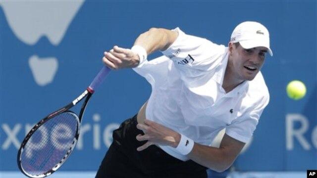 Petenis AS John Isner dikalahkan rekan senegaranya, Ryan Harrison dalam Turnamen Sydney International, Rabu (1/9).