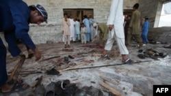 Pakistanci čiste džamiju nakon samoubilačkog bombaškog napada