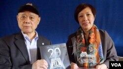 刘抒鹃持奖座与黄式宪合影(美国之音国符拍摄)
