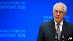 Menlu Amerika Rex Tillerson berbicara pada pertemuan anggota Koalisi Global untuk melawan ISIS di Washington DC, hari Rabu (22/3).