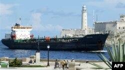 Венесуэльский нефтяной танкер в порту Гаваны