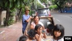 Agus dan keluarga 15 tahun hidup di Jakarta sebagai pemulung, berharap setitik berkah di Hari Raya Idul Fitri. (VOA/Andylala)