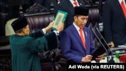 Presiden Republik Indonesia Joko Widodo dilantik saat pelantikan presiden untuk periode kedua, di Gedung DPR di Jakarta, 20 Oktober 2019. (Foto: Adi Weda via REUTERS)