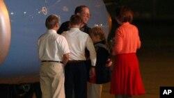 22일 새벽 북한에 5개월간 억류됐던 미국인 제프리 에드워드 파울 씨가 미국 오하이오주 데이톤의 공군기지에 도착해 가족들과 포옹하고 있다.