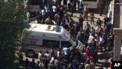 Sebuah ambulan dengan prajurit dan warga sipil yang terluka tiba di rumah sakit di Semdinli dekat perbatasan Iraq-Turki (9/10). (foto: DHA via AP)