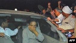 Thân nhân và ủng hộ viên vây quanh chiếc xe chở Bác sĩ Binayak Sen sau khi ông được ra khỏi nhà giam