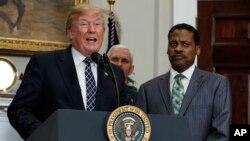 El presidente Donald Trump, firmó una proclama por el Día de Martin Luther King Jr. el viernes, 12 de enero de 2018 en la Casa Blanca junto al vicepresidente Mike Pence y Isaac Newton Farris Jr., sobrino de Martin Luther King Jr.