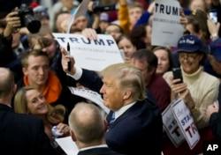 ມະຫາເສດຖີພັນລ້ານ ທ່ານ Donald Trump ສັງກັດພັກ Republican, ສະແດງທ່າທີຕໍ່ພວກທີ່ສະໜັບສະໜຸນທ່ານ ຂໍລາຍເຊັນໃນມະຫາວິທະຍາໄລ Plymouth ໃນ Plymouth, New Hampshire, 7 ກຸມພາ, 2016.