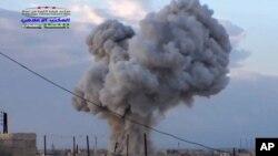 7일 시리아 하마 시 반군 점령 지역에 러시아 군의 공습이 있은 후 연기가 치솟고 있다.