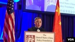 中國駐美大使館副館長李克新公使星期四在出席美中政策基金會的年度晚宴時發表講話(美國之音莉雅拍攝)