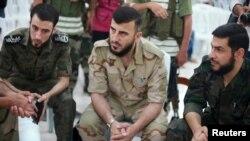 Zahran Alloush (tengah), kepala kelompok oposisi yang disebut Jaysh al Islam dalam konferensi pers di Douma (foto: dok). Alloush tewas dalam serangan udara Rusia di Suriah.