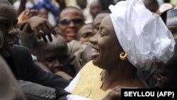 Aminata Touré sourit à ses partisans après avoir assisté à une cérémonie de passation de pouvoirs à la Primature, à Dakar, le 8 juillet 2014.