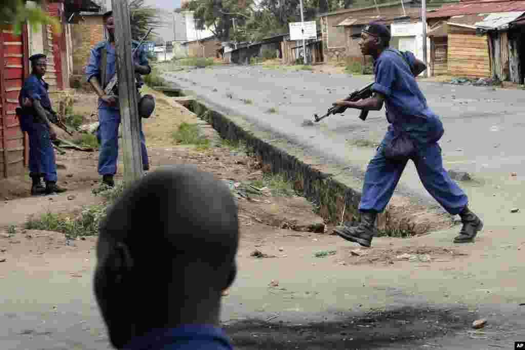 A Polícia usa a força para dispersar manifestações no bairro Musaga de Bujumbura. 20 de Maio, 2015.