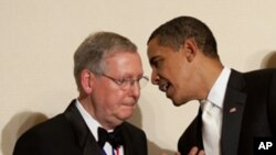 美國共和黨參議院多數黨領袖麥康奈爾與總統奧巴馬 (資料圖片)