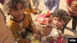 Des enfants vivant dans la banlieue de Mossoul en Irak, le 4 mai 2017. (Heather Murdock/VOA)