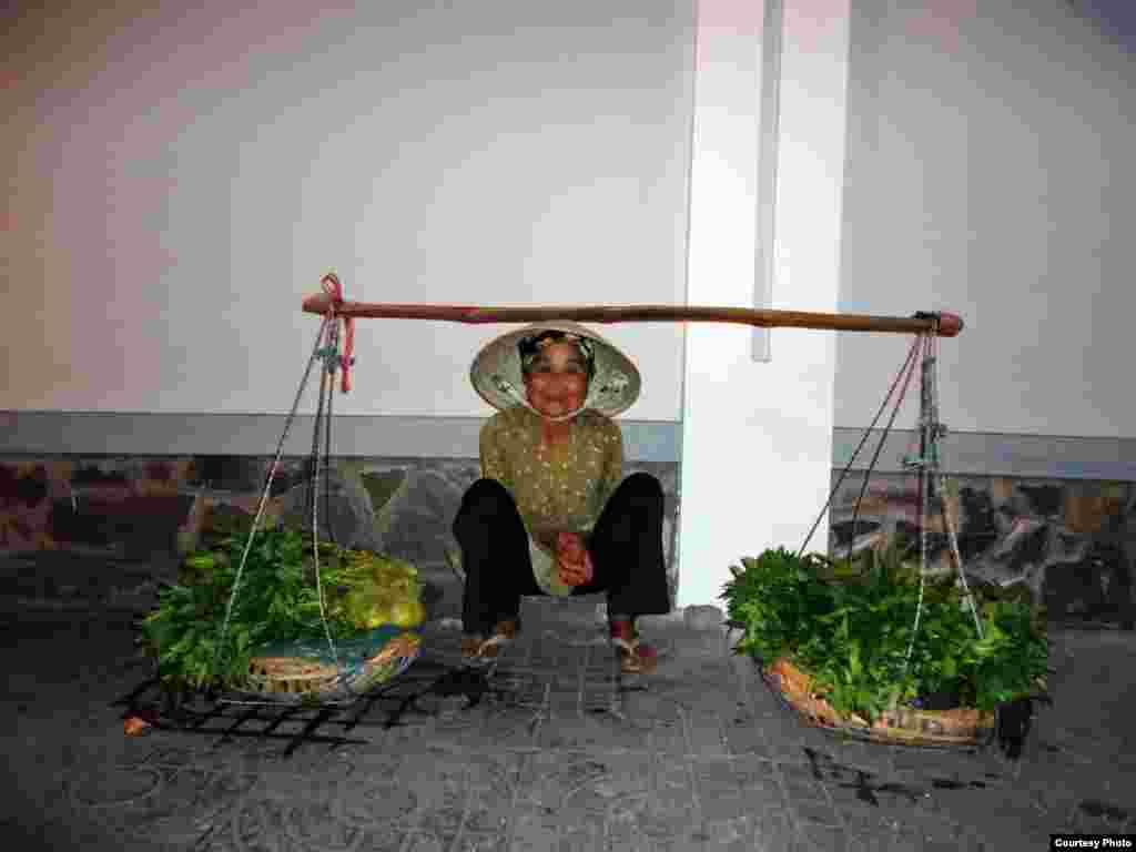 在越南芹苴,一名蔬菜小贩一大早就在等候顾客的光临。(Photo by Dungvo/Vietnam/VOA reader)